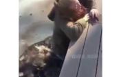 Мұзда ойнаймын деп суға құлады (видео)