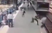Пойыз астына түспек болған адамды құтқарып қалды (видео)
