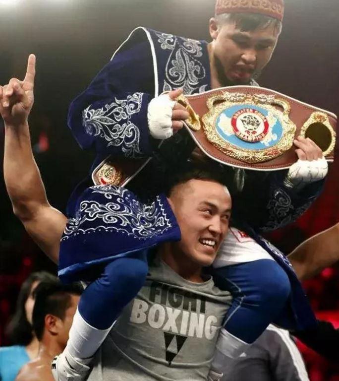 Қытайдағы қазақ боксшысы қарсыласын жеңді (видео)