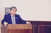 Депутат орыс тілінде «доступно» жеткізуді сұраған адвокатқа шүйлікті