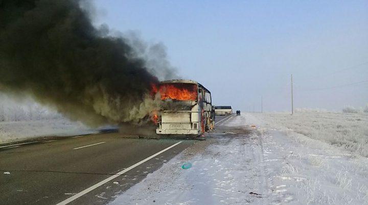 Автобус өрті: Сотталушы терезені сындырып, іштегілерге секіріңдер деп өтінген