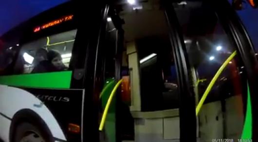 Астанада автобус жүргізушісі мүгедек адамға көмектеспеді (видео)