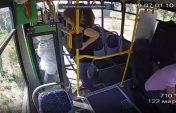 Алматыда жүргізушісі жоқ автобус анасы мен баласын қағып кетті (видео)