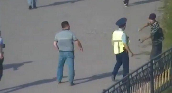 Ер адам тұрғындарға пышақ ала жүгірді (видео)