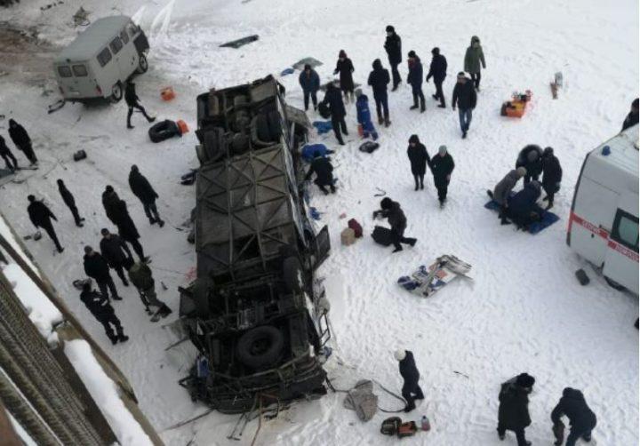 Ресейде жолаушылар автобус көпірден құлап кетті (видео)
