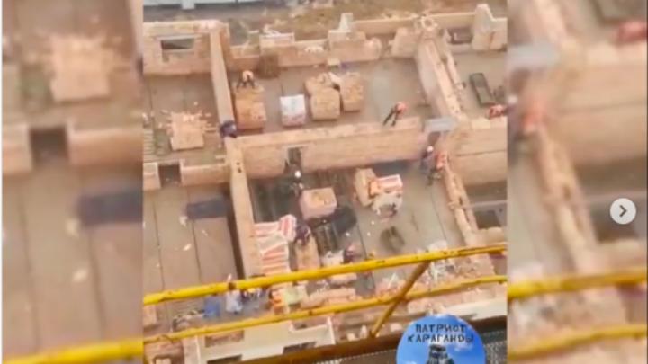 Құрылысшылар кірпішпен атысты (видео)