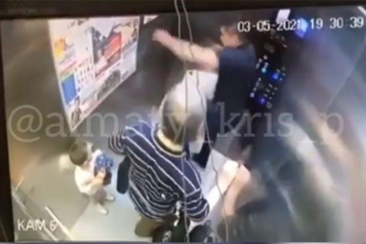 """Баланың көзінше лифтпен """"төбелесті"""" (Видео)"""