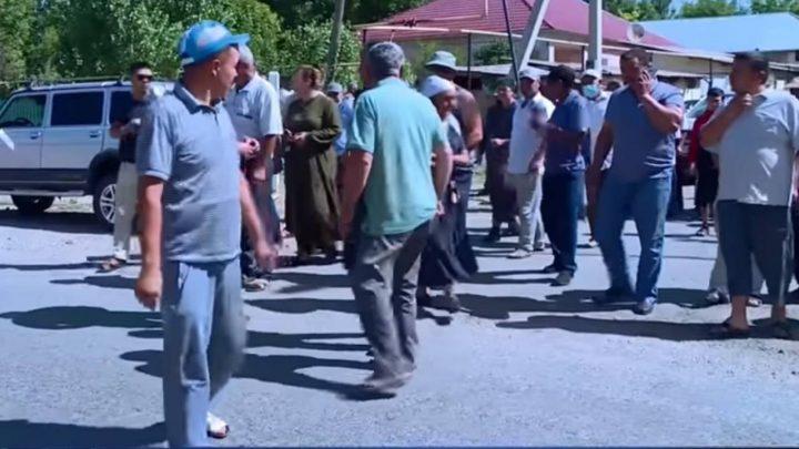 Байлар бәрін басып алды: ауыл халқы көтеріліске шықты (Видео)