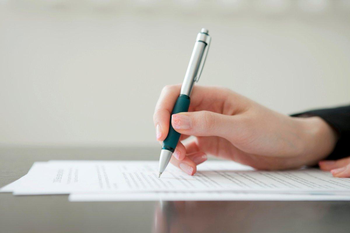 Фото девушки с ручкой в руках